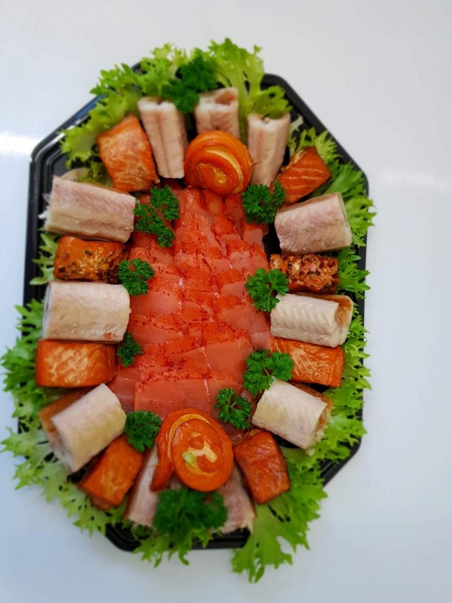 gemischte Fischplatte u.a. mit Stremellachs, kaltgeräucherten Lachs und Aal
