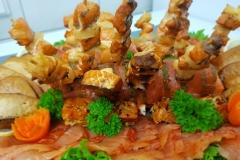 gemischte Fischplatte u.a. mit Lachsschnecken, Lachs-Ananasspieße und Buttermakrele