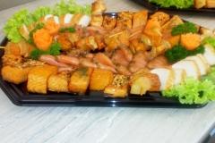 gemischte Fischplatte u.a. mit Buttermakrele, Stremellachs, Ananas-Lachs-Spieße und Graved Lachs